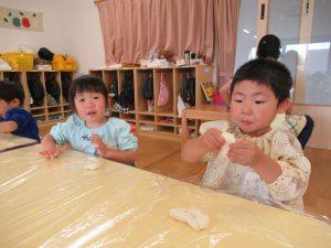 初めての小麦粉粘土、においはどうかな?