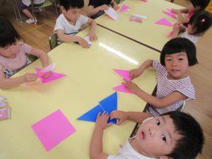折り紙でちょうちょを折るよ。