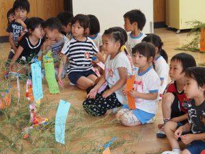 子ども達の嗅ぎなれない竹の葉のにおいがホールに広がっていました。