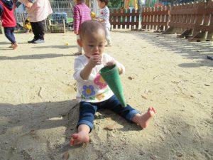 お砂がサラサラと入っていくね