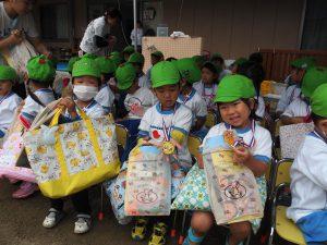 閉会式が終わり、最後まで運動会をがんばった子ども達には、キラキラピカピカのメダルが贈られました☆