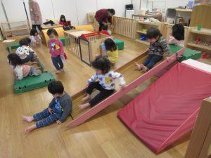 巧技台、すべり台、はしごを組み合わせて サーキット遊び
