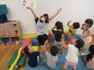 絵本を見て、先生と一緒に体操!! 8月も暑さに負けず、元気に過ごした どんぐり組さんでした。