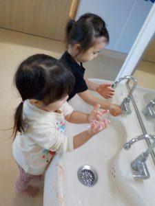 石けんで手を洗うよ。また明日も遊ぼうね。