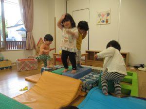大型積木を組み合わせて・・・登ってジャンプ!!