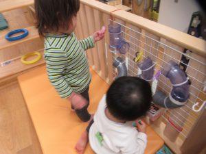 先生たちの手作りおもちゃ。パイプの中をおもちゃが滑り落ちます