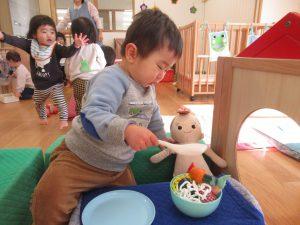 赤ちゃんにも食べさせてあげるんだ。