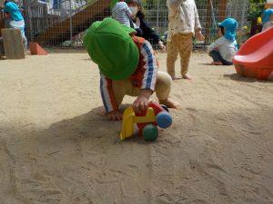 ガガ~ 砂をすくおう