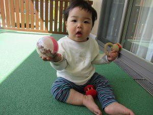おもちゃで遊んでいます。