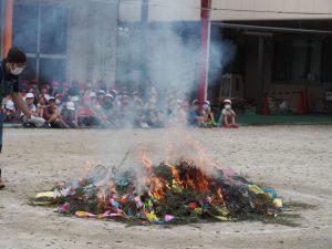 火がついて笹が燃え出すと ワァッ! と歓声が上がり、